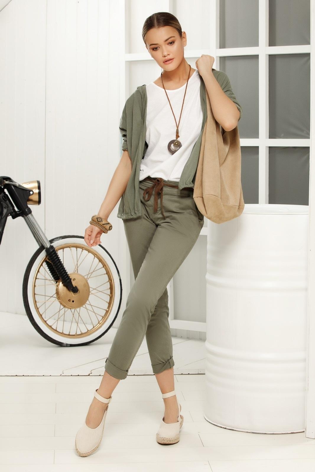 Pantaloni khaki casual cu talie medie din material vaporos accesorizati cu snur