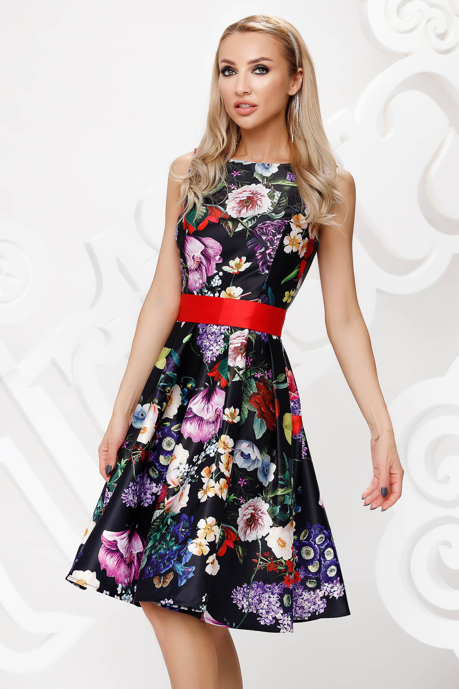Rochie neagra midi de ocazie din satin croi in clos fara maneci accesorizata cu cordon si imprimeu floral