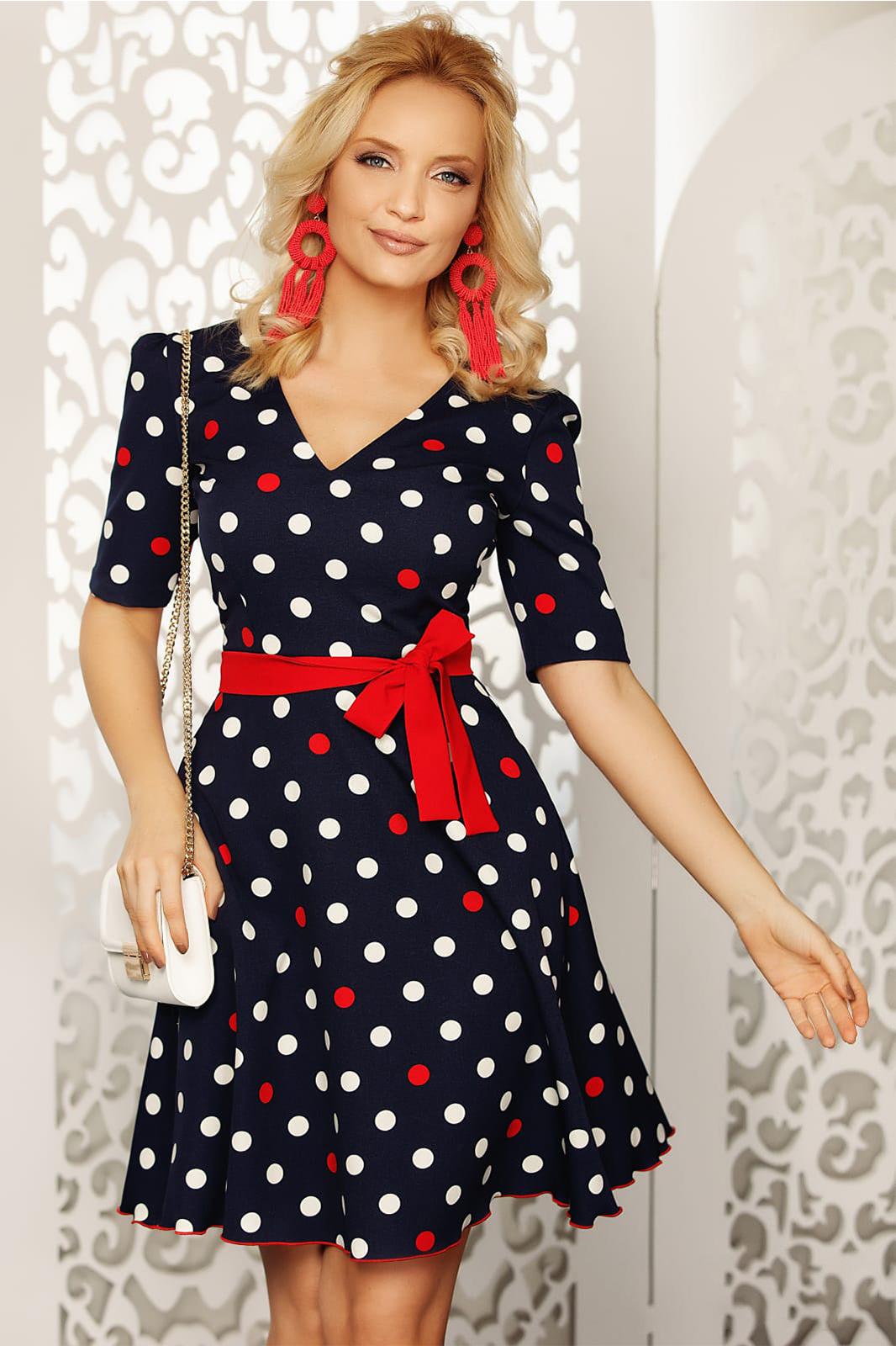 Rochie Fofy albastru-inchis cu accente rosii eleganta de zi in clos din material fin la atingere cu buline cu accesoriu tip curea