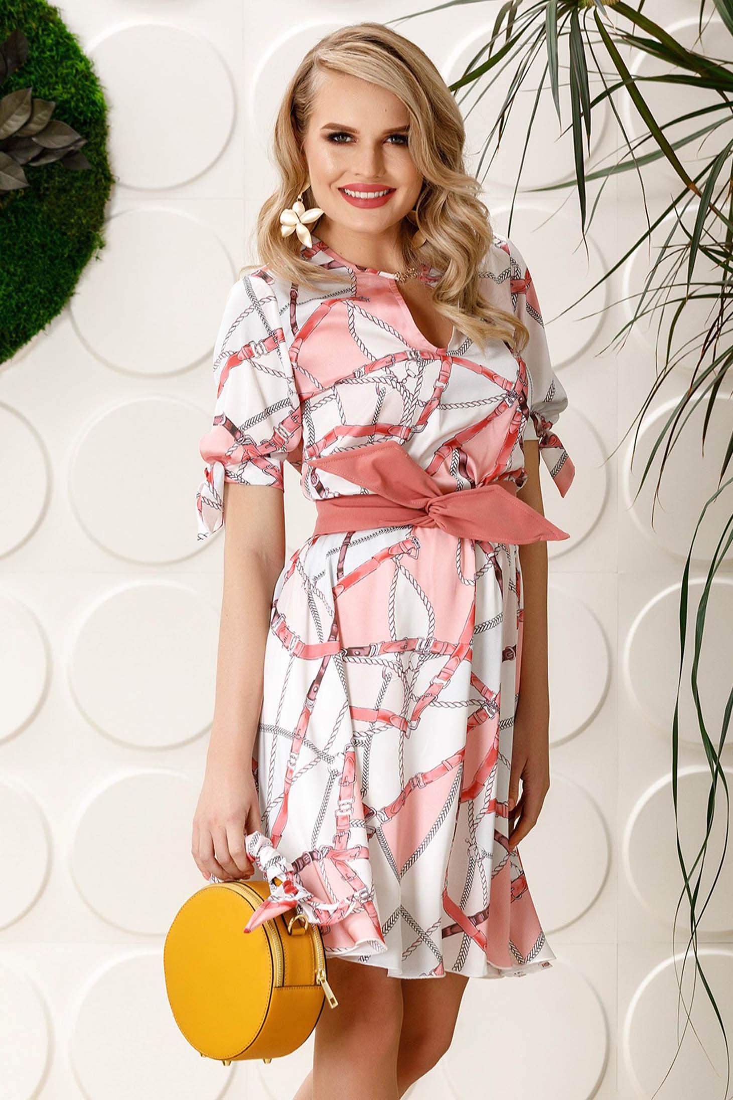 Rochie PrettyGirl rosa eleganta de zi in clos din material satinat cu imprimeuri grafice accesorizata cu cordon