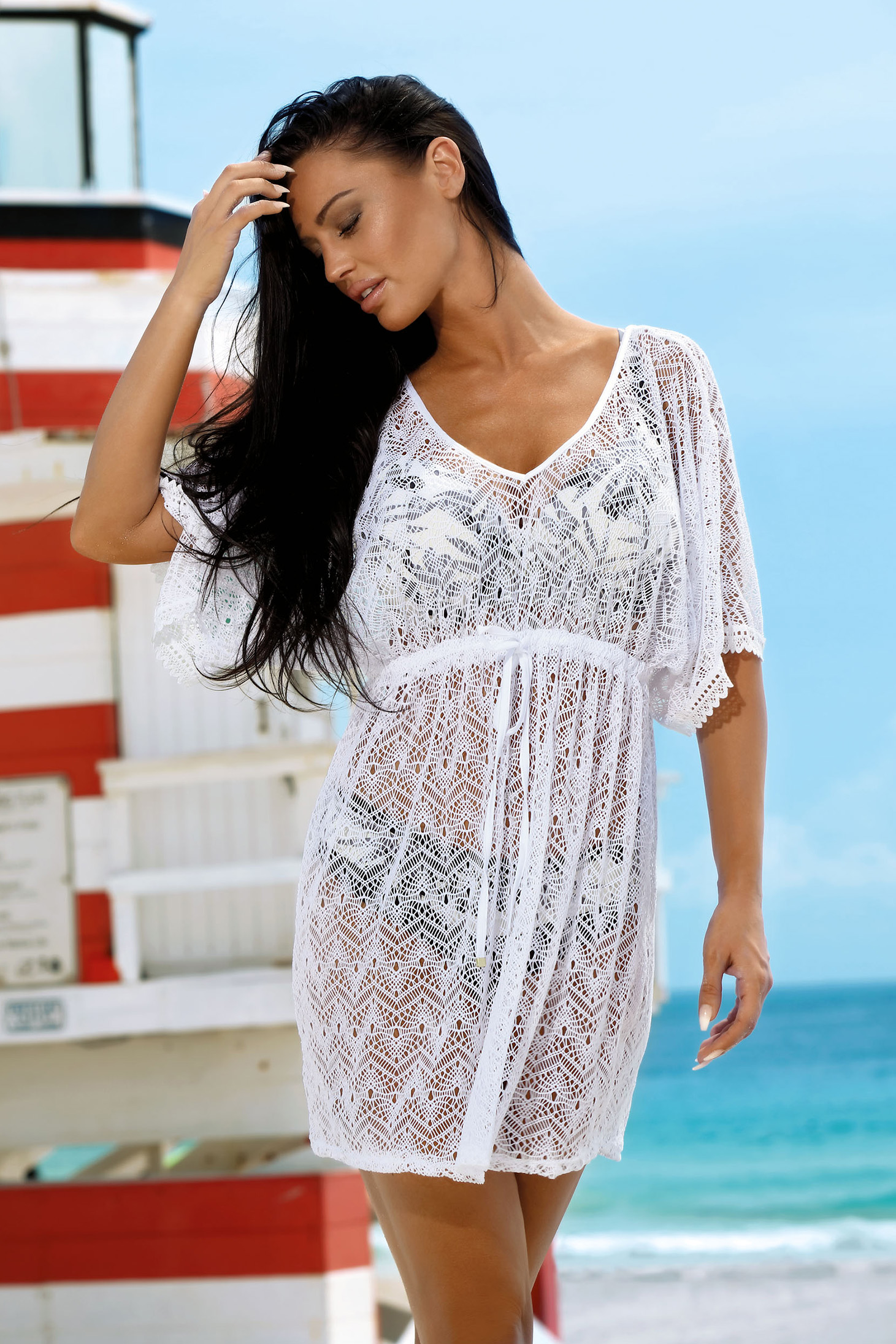 Rochie alba de plaja tip plasa cu decolteu in v accesorizata cu snur