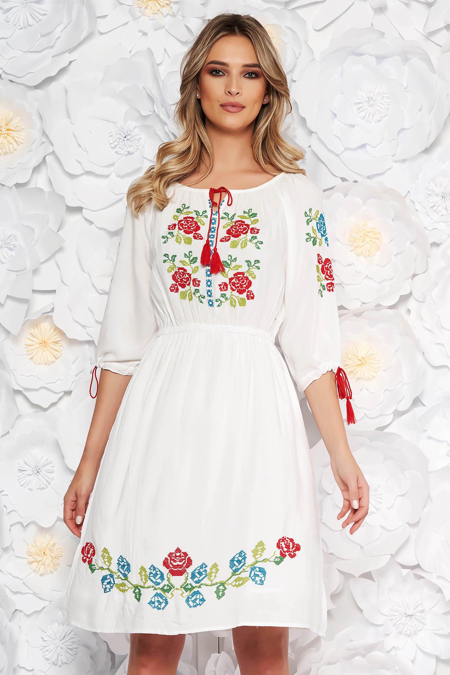 Fehér hétköznapi harang ruha derékban rugalmas nem elasztikus pamut elől hímzett