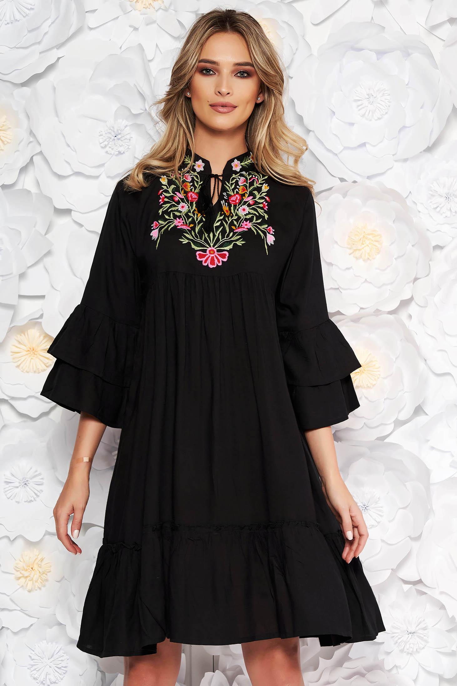 Rochie neagra de zi cu croi larg din bumbac neelastic accesorizata cu snur si broderie pe piept