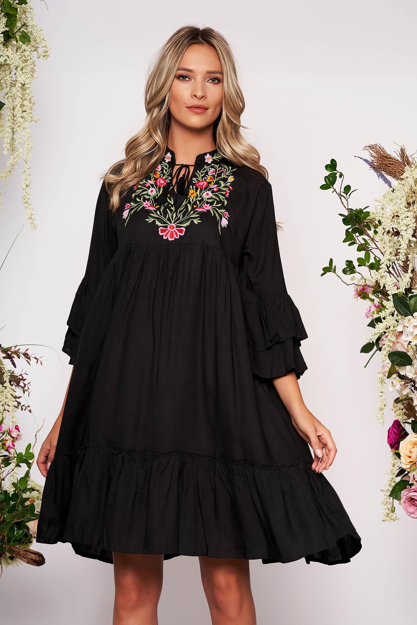 Rochie neagra de zi din bumbac neelastic cu croi larg accesorizata cu snur si broderie pe bust