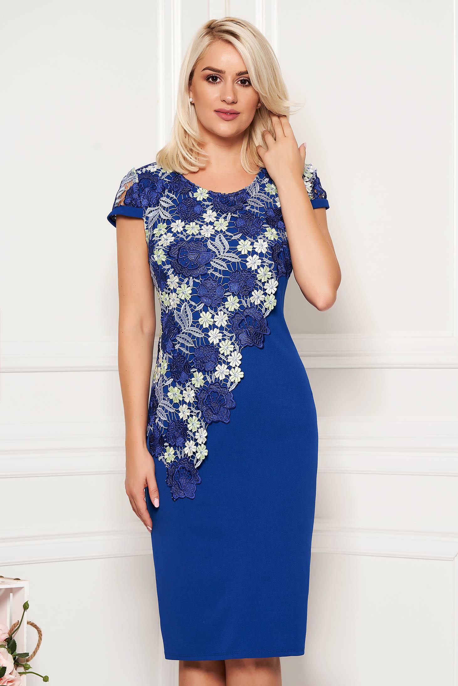 Rochie albastra eleganta din scuba cu un croi drept cu maneca scurta si suprapunere cu dantela