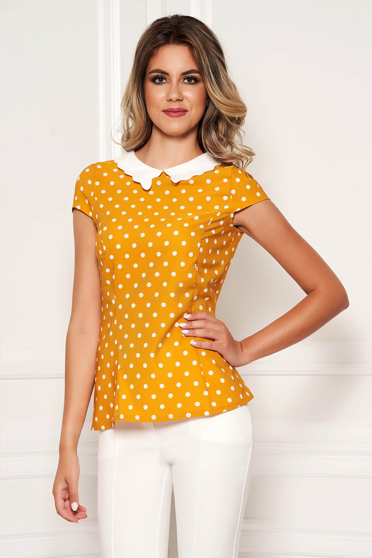Mustar elegáns pöttyös szűk szabású női ing rövid ujjakkal vékony anyagból