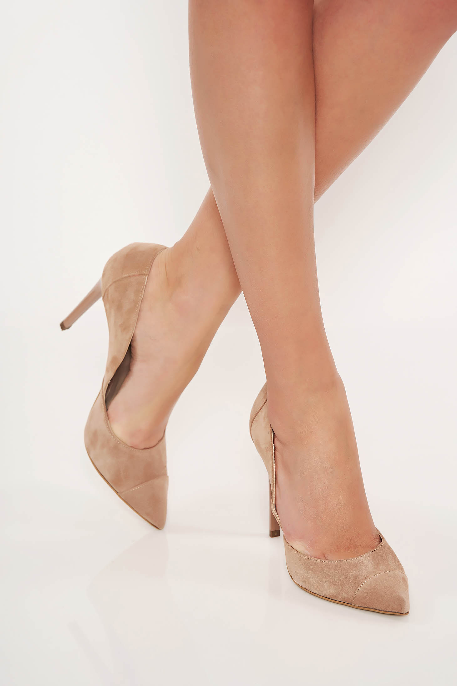 Krémszínű magassarkú valódi bőrből készült elegáns cipő fordított bőr felsőrésszel enyhén hegyes orral