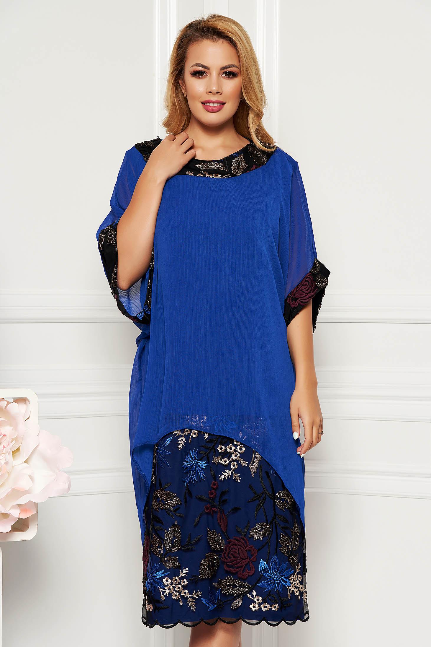 Compleu albastru elegant cu rochie cu un croi drept cu insertii de broderie si suprapunere cu voal