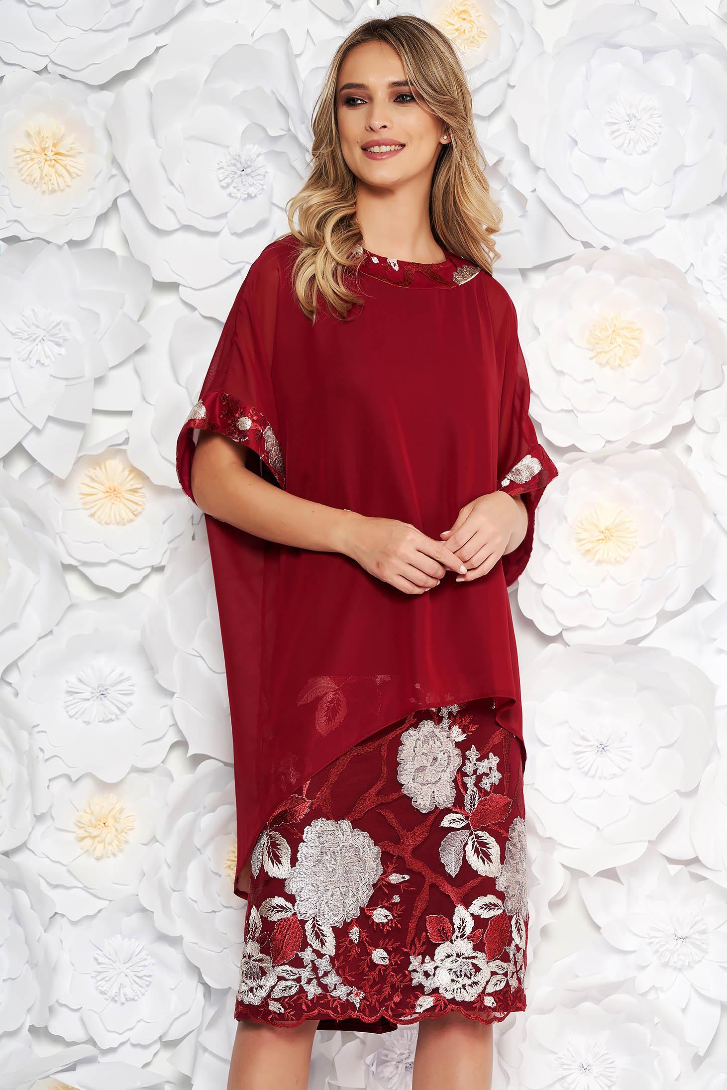 Compleu visiniu elegant cu rochie cu un croi drept suprapunere cu voal cu insertii de broderie