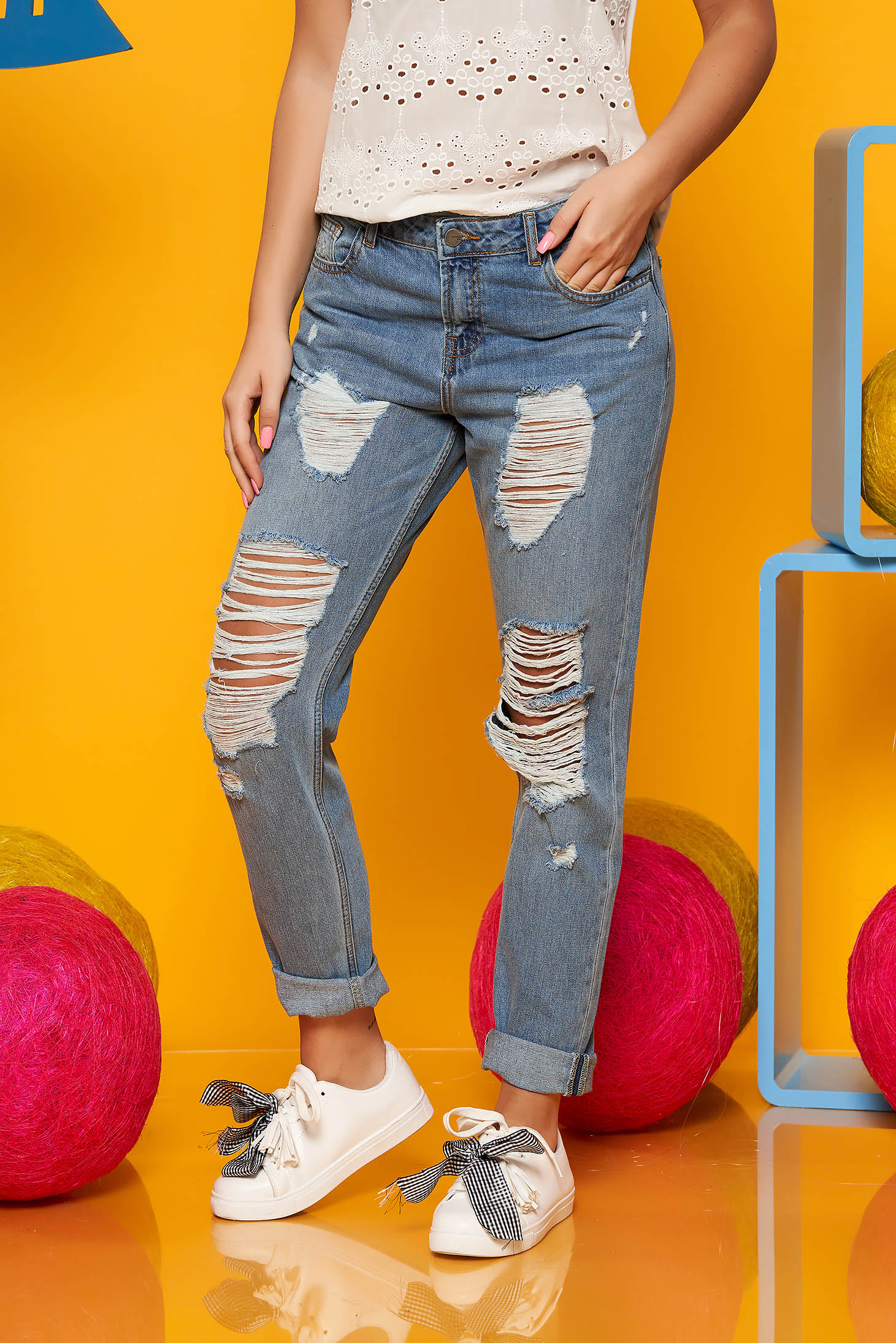 Blue casual jeans with ruptures wwith medium waist nonelastic cotton