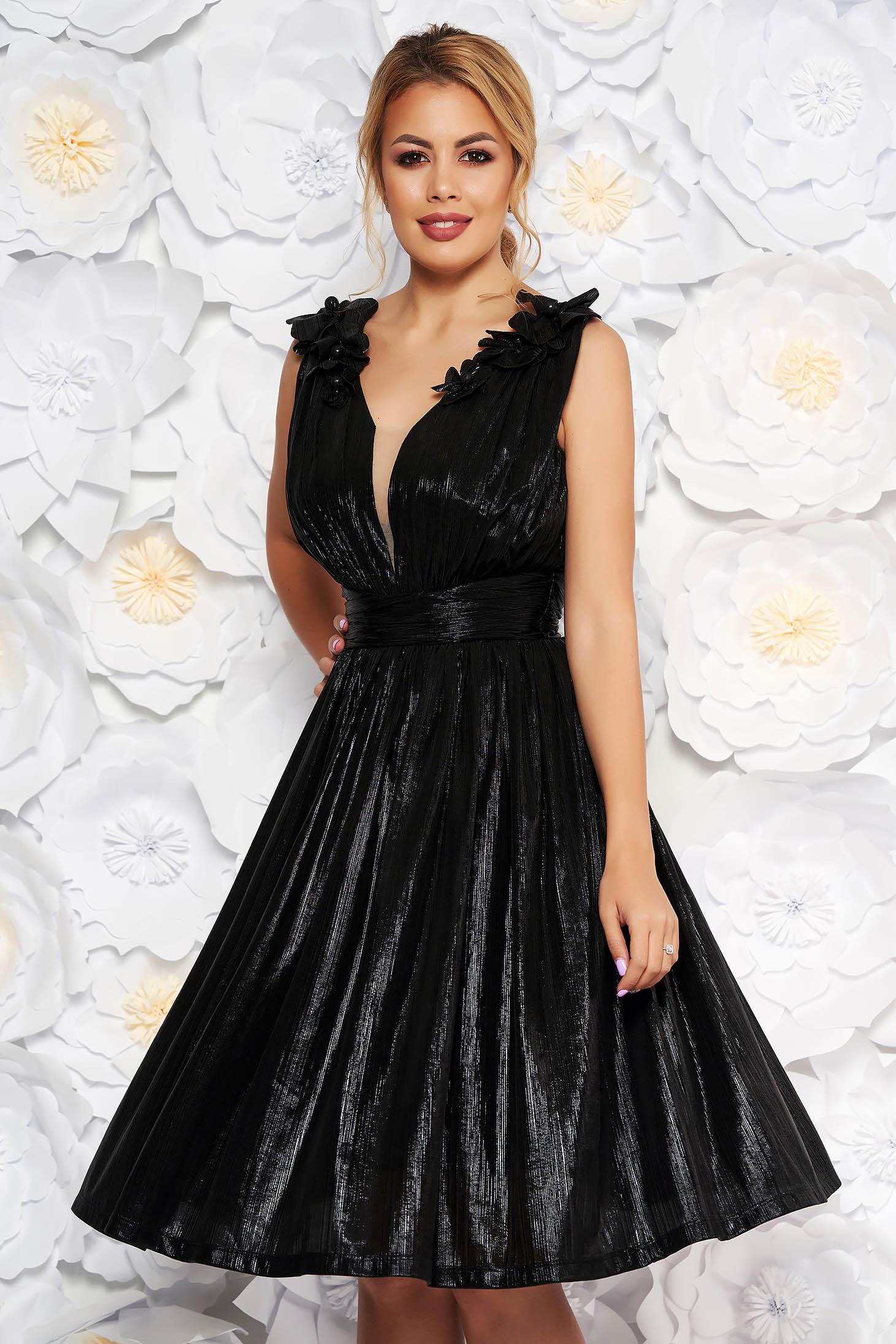 d18da414e1 Fekete LaDonna alkalmi harang ruha v-dekoltázzsal fényes anyag virágos  díszekkel