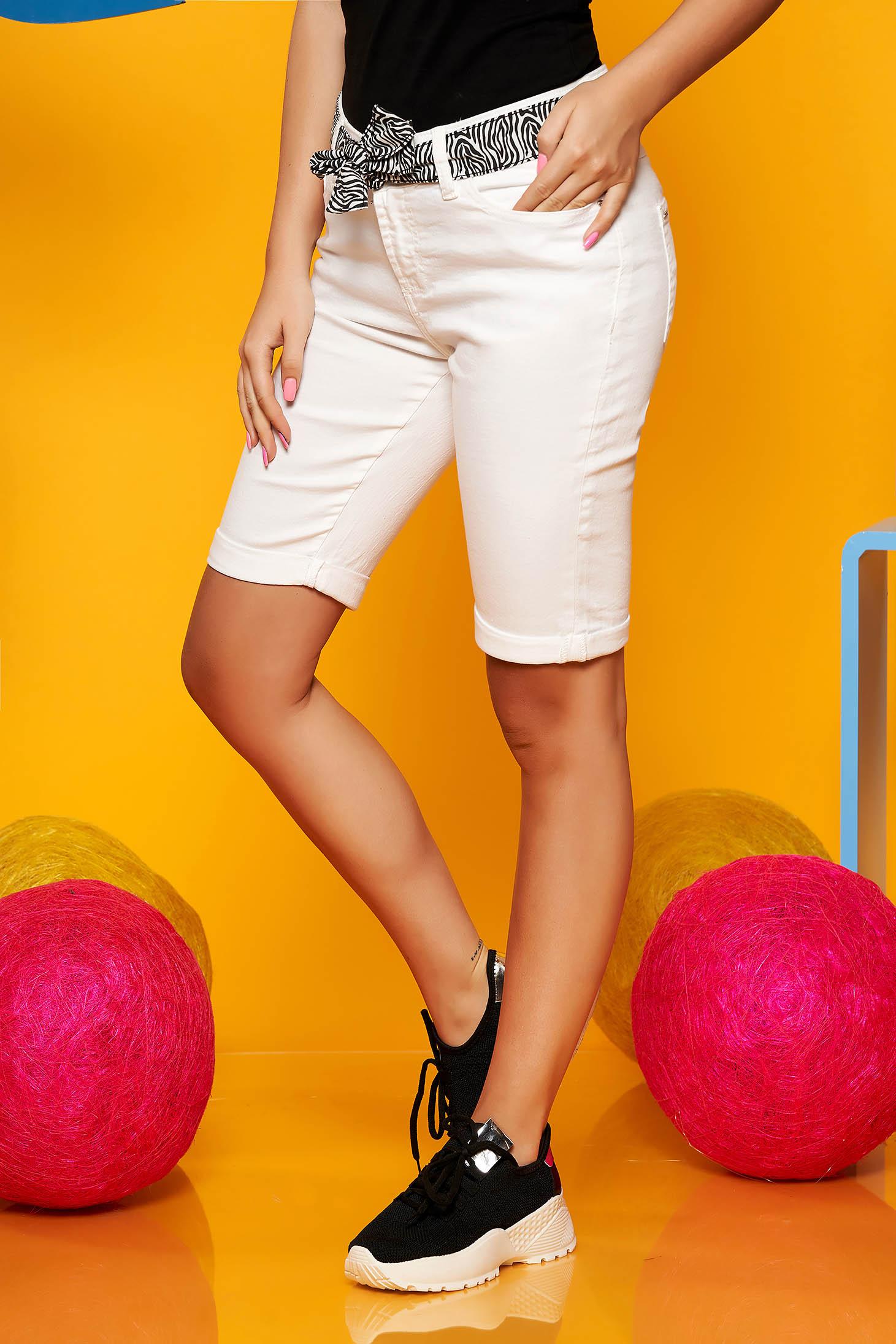 Fehér Top Secret casual pamutból készült háromnegyedes rövidnadrág övvel ellátva