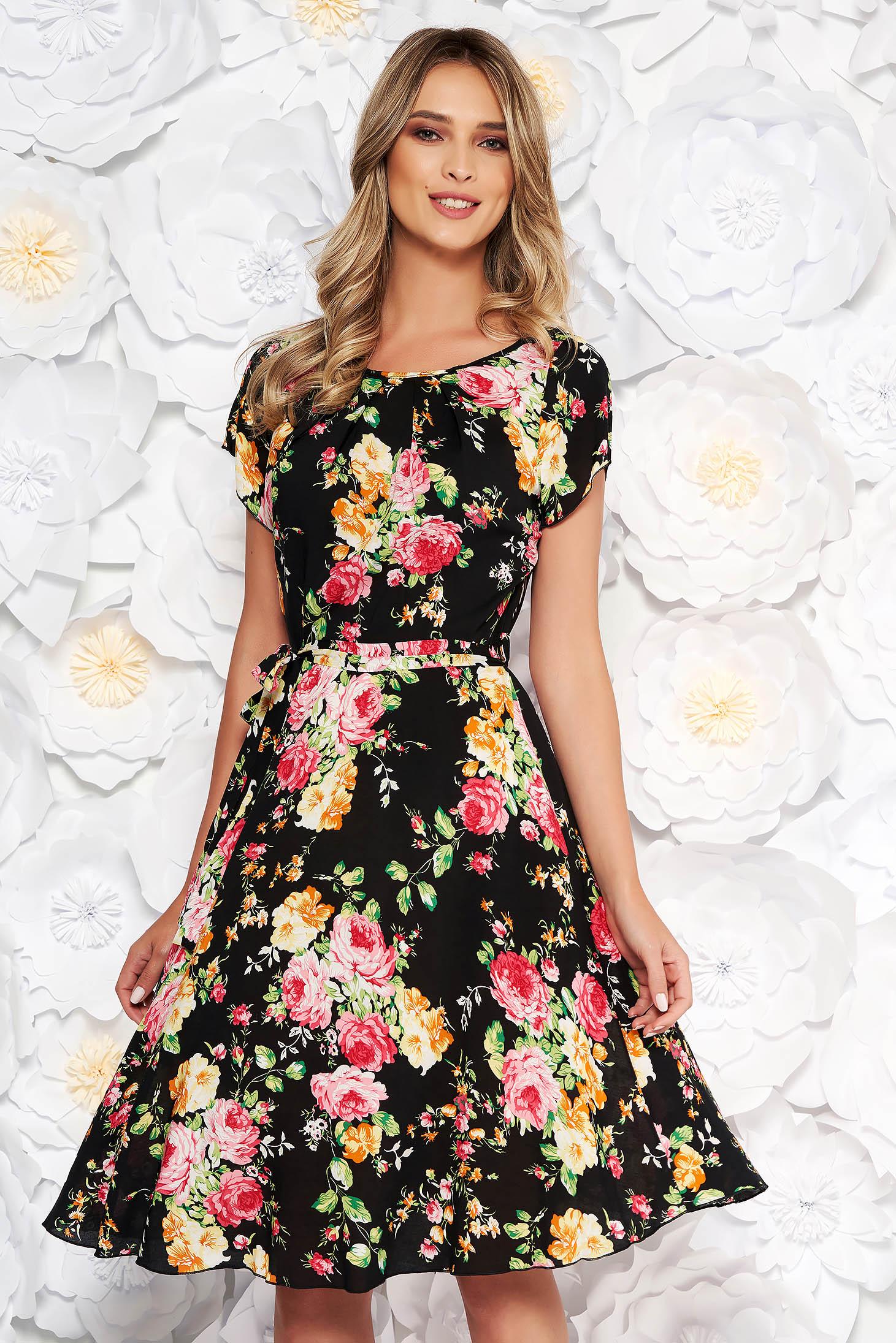 Rochie neagra de zi in clos cu maneca scurta din material subtire cu imprimeuri florale