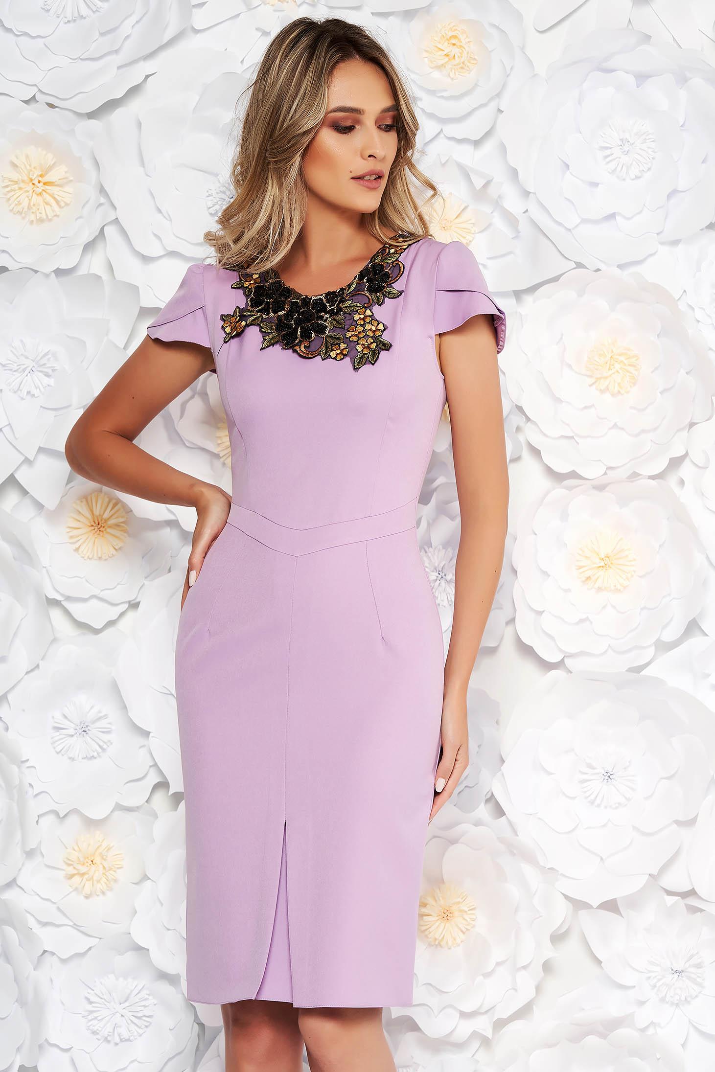 Rochie lila eleganta tip creion din stofa subtire usor elastica cu aplicatii cusute manual