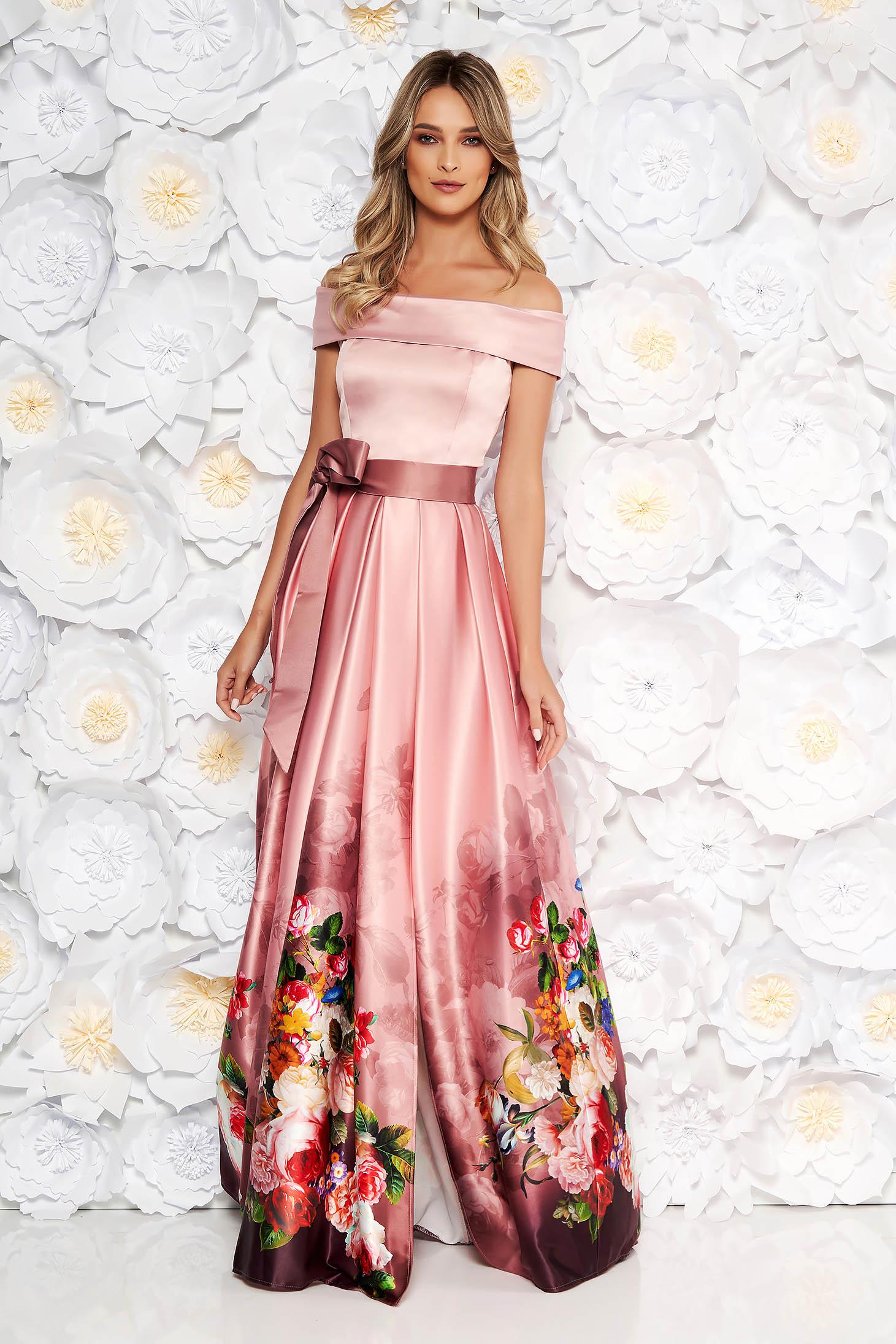 Rochie roz prafuit de ocazie in clos din material satinat cu imprimeu floral cu umeri goi