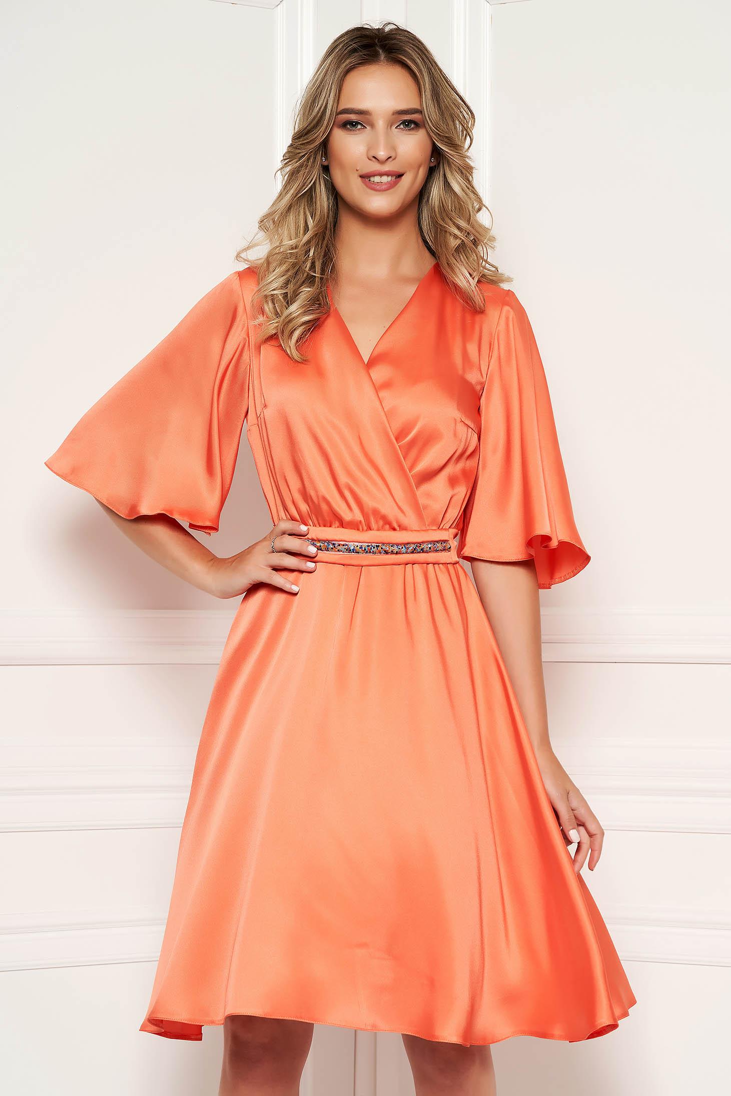 Rochie StarShinerS portocalie eleganta midi din satin cu croi in clos cu decolteu in v si maneci tip fluture