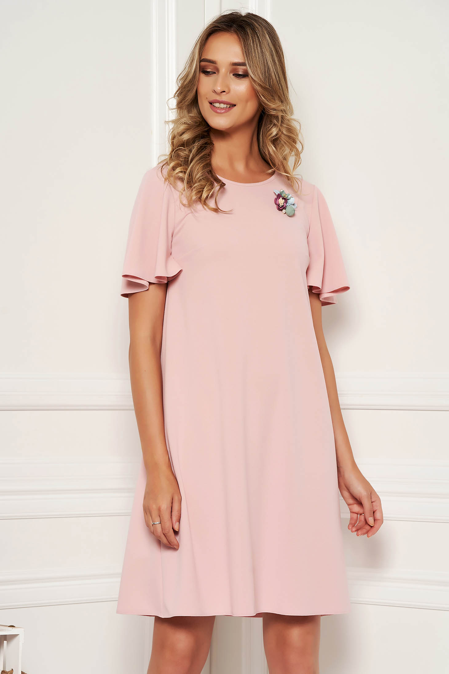 Rochie StarShinerS roz deschis eleganta de zi cu maneci tip fluture accesorizata cu brosa