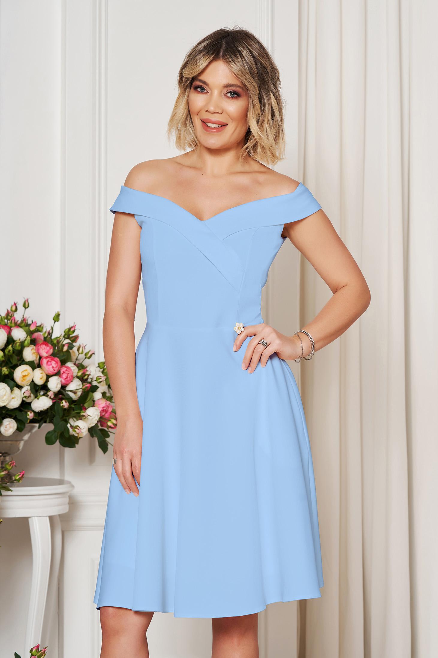 Rochie StarShinerS albastra-deschis de ocazie eleganta in clos cu decolteu cu umeri goi din stofa elastica subtire