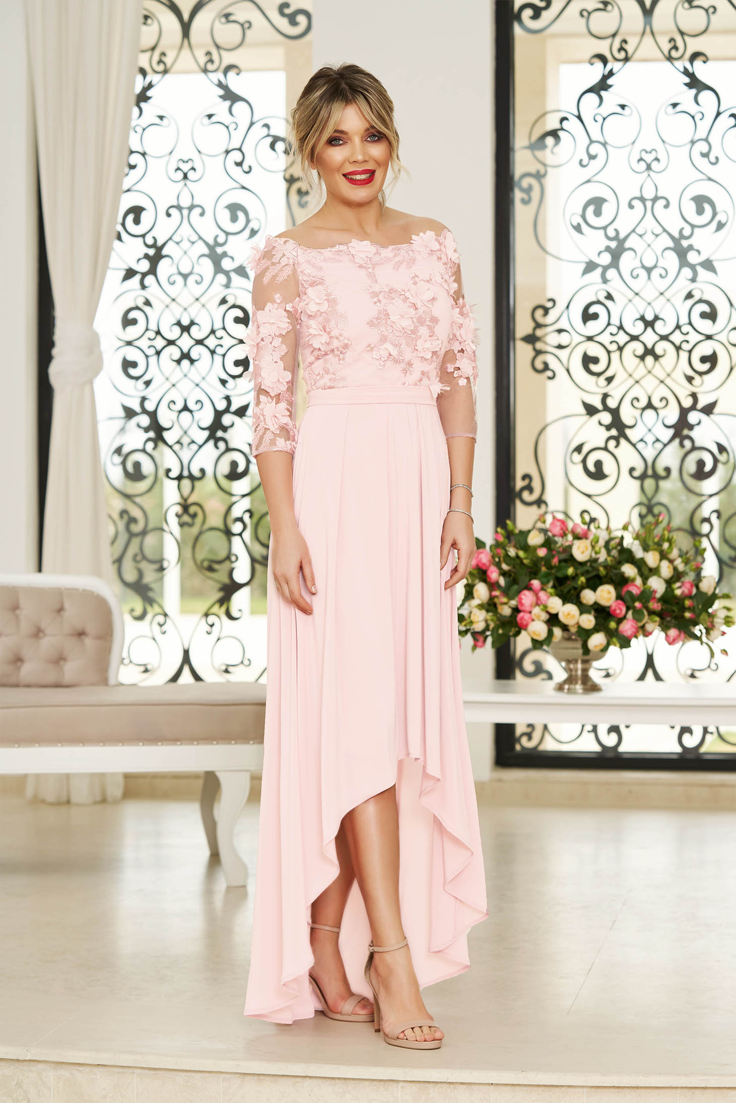Rochie StarShinerS roz prafuit de ocazie asimetrica din muszlin si dantela in clos accesorizata cu cordon