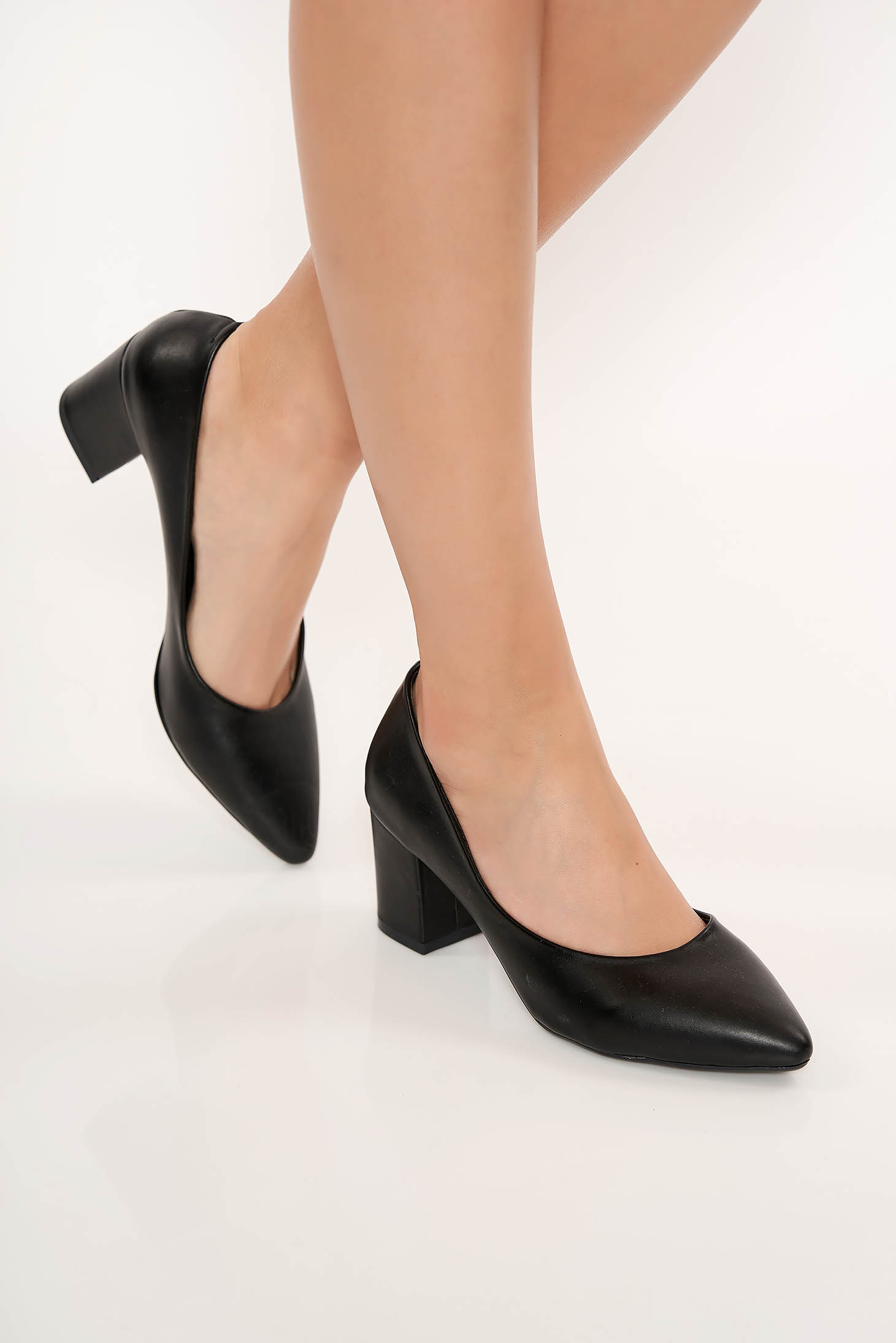 Black shoes chunky heel slightly pointed toe tip