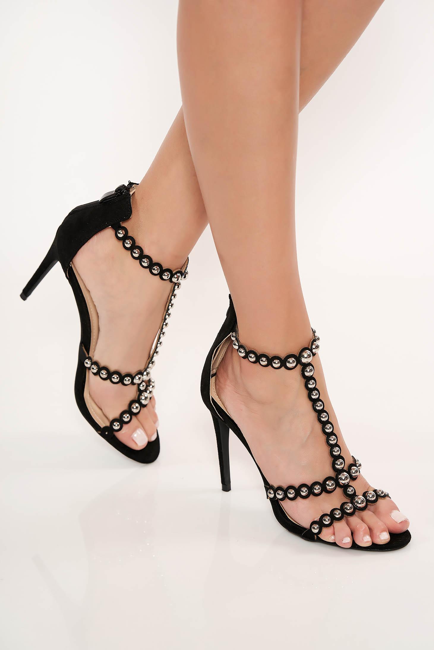 Fekete cipzárral zárható magassarkú szandál fémes szegecsekkel