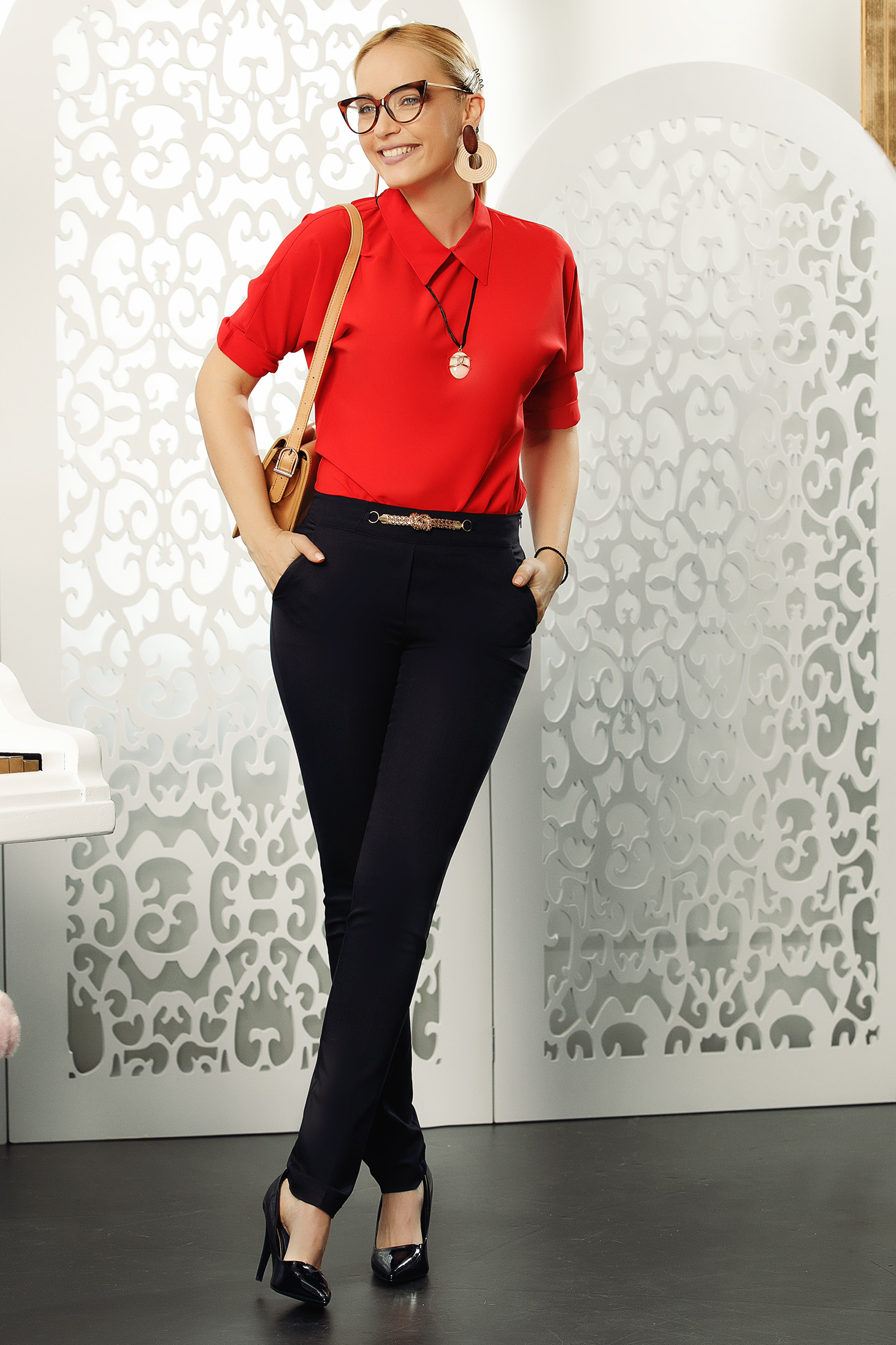 Pantaloni Fofy negri office conici eleganti din bumbac usor elastic cu accesoriu metalic