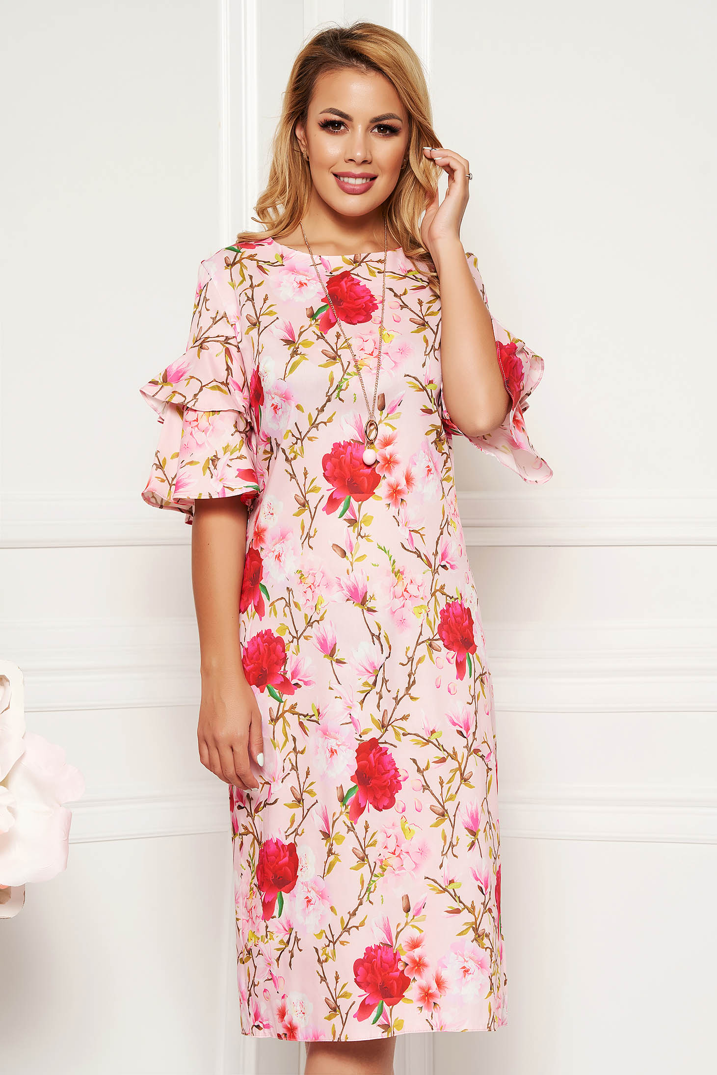 Rochie rosa de zi cu un croi drept cu volanase la maneca cu accesoriu tip colier