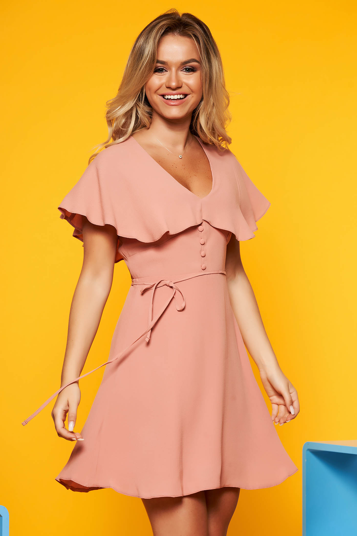 Bricky dress a-line with a cleavage short cut wrinkled material is fastened around the waist with a ribbon daily