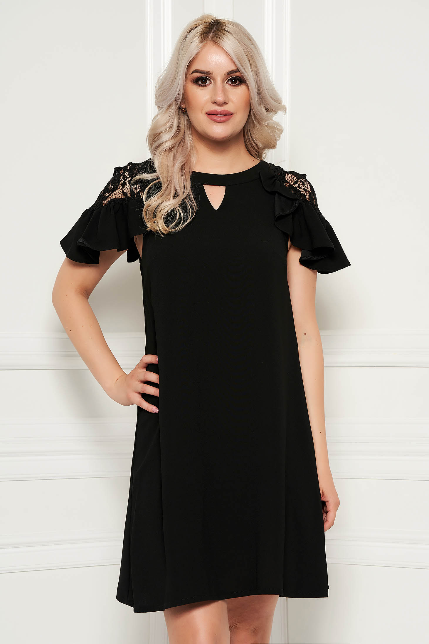 Rochie neagra eleganta cu croi larg cu maneci scurte cu aplicatii de dantela