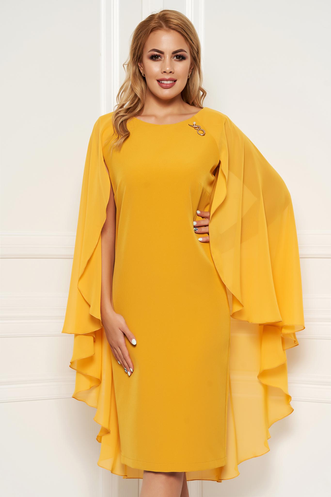 Rochie mustarie eleganta cu un croi cambrat midi suprapunere cu voal accesorizata cu brosa