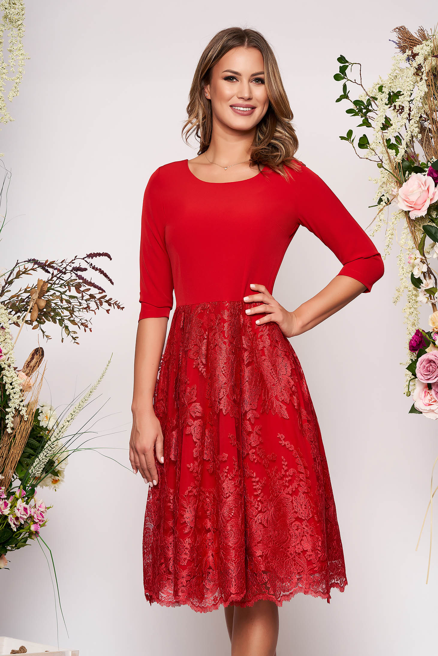 Rochie rosie midi eleganta in clos din material usor elastic cu maneci trei-sferturi si fusta din dantela