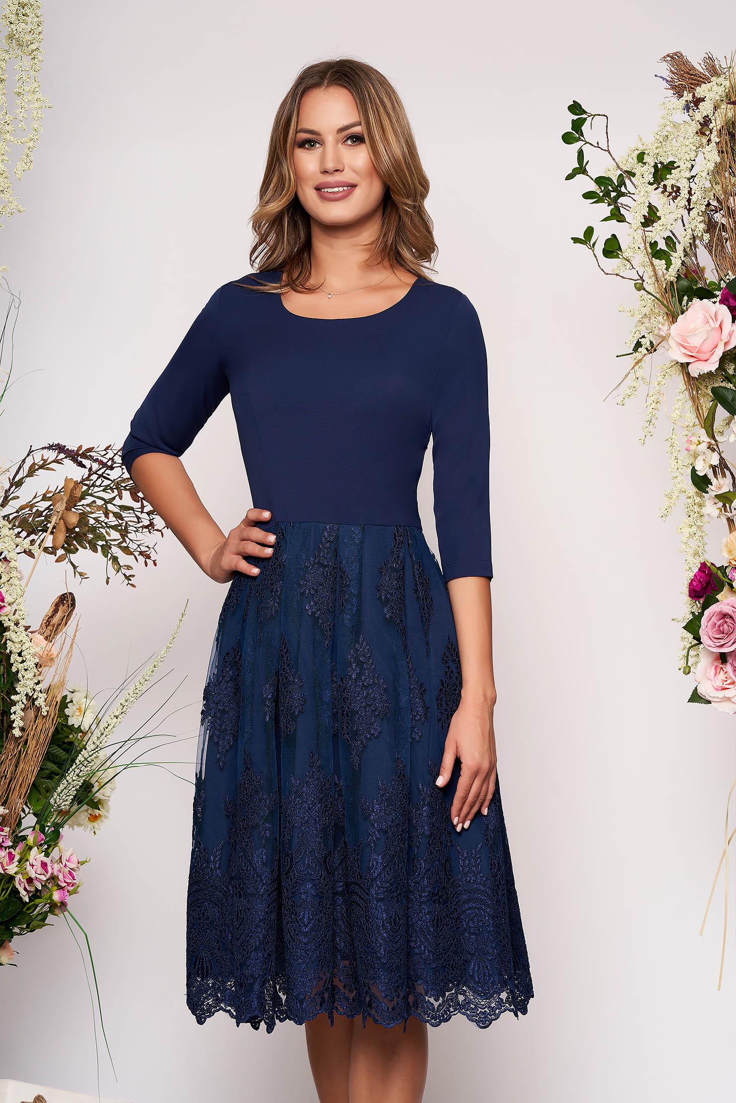 Rochie albastru-inchis midi eleganta in clos din material usor elastic cu maneci trei-sferturi si fusta din dantela
