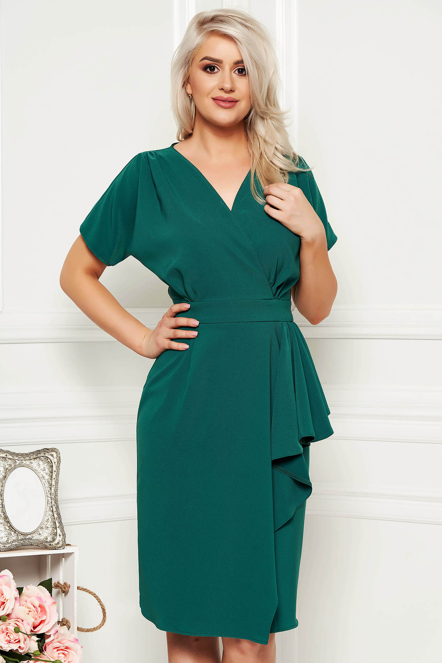 Rochie verde midi eleganta tip creion din stofa decupata pe picior cu decolteu in v si volanase