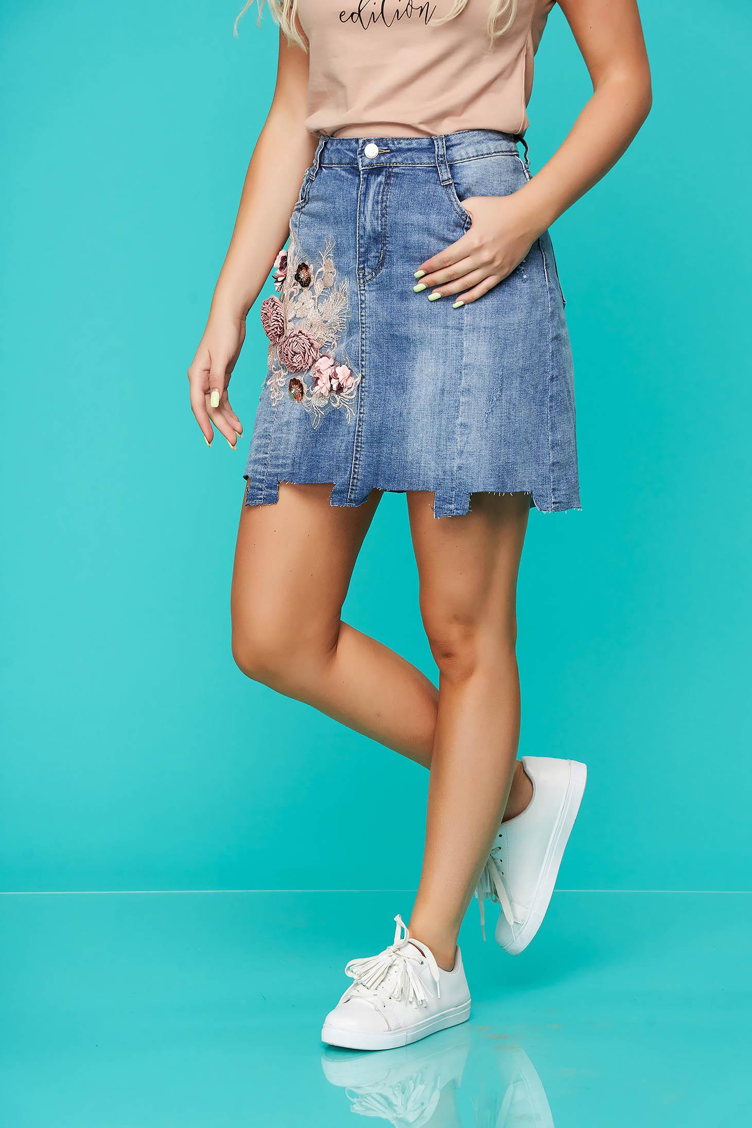 Fusta SunShine albastra casual din denim cu un croi drept cu imprimeu floral si accesoriu inclus
