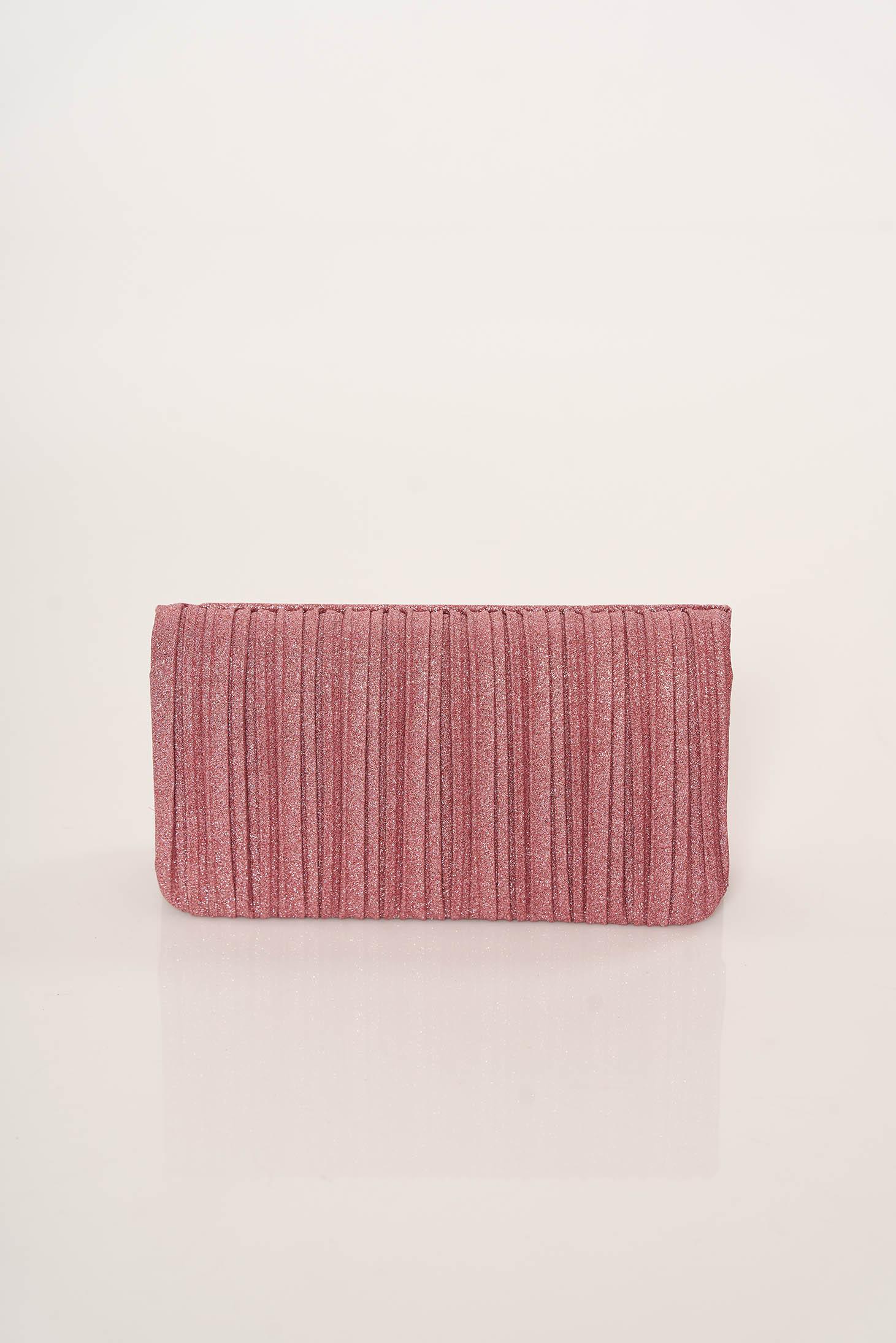Pink elegáns táska fém lánccal van ellátva egy zsebes résszel ellátott rekesz