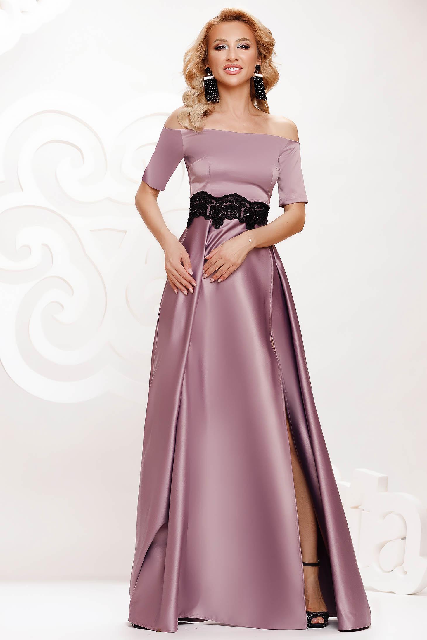 Rochie lila lunga de ocazie in clos din material satinat cu insertii de broderie