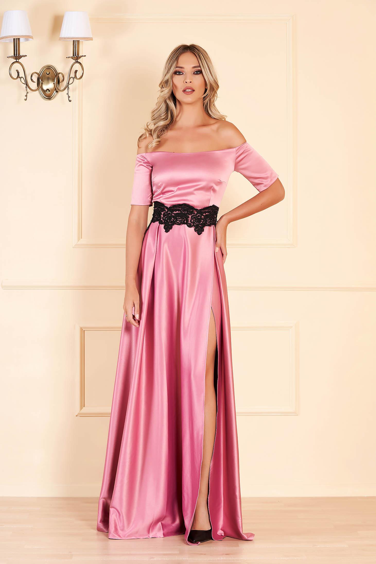 Rochie roz lunga de ocazie in clos din material satinat cu insertii de broderie