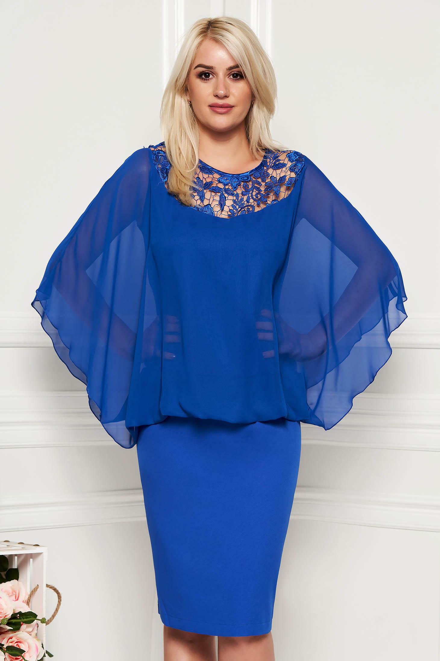 Rochie albastra de ocazie midi din stofa neelastica subtire cu aplicatii de dantela suprapunere cu voal