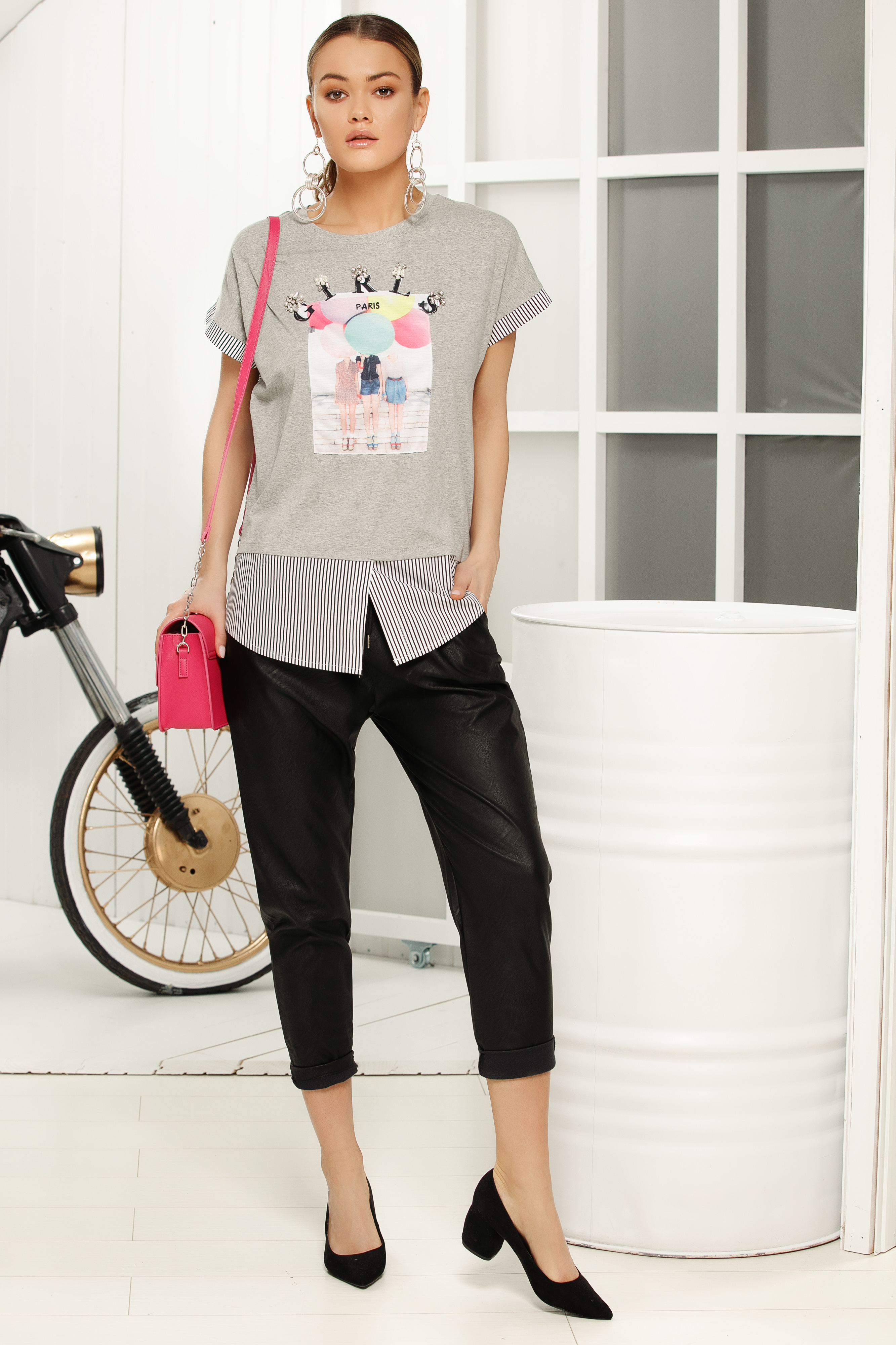 Casual flared neckline grey t-shirt with graphic details