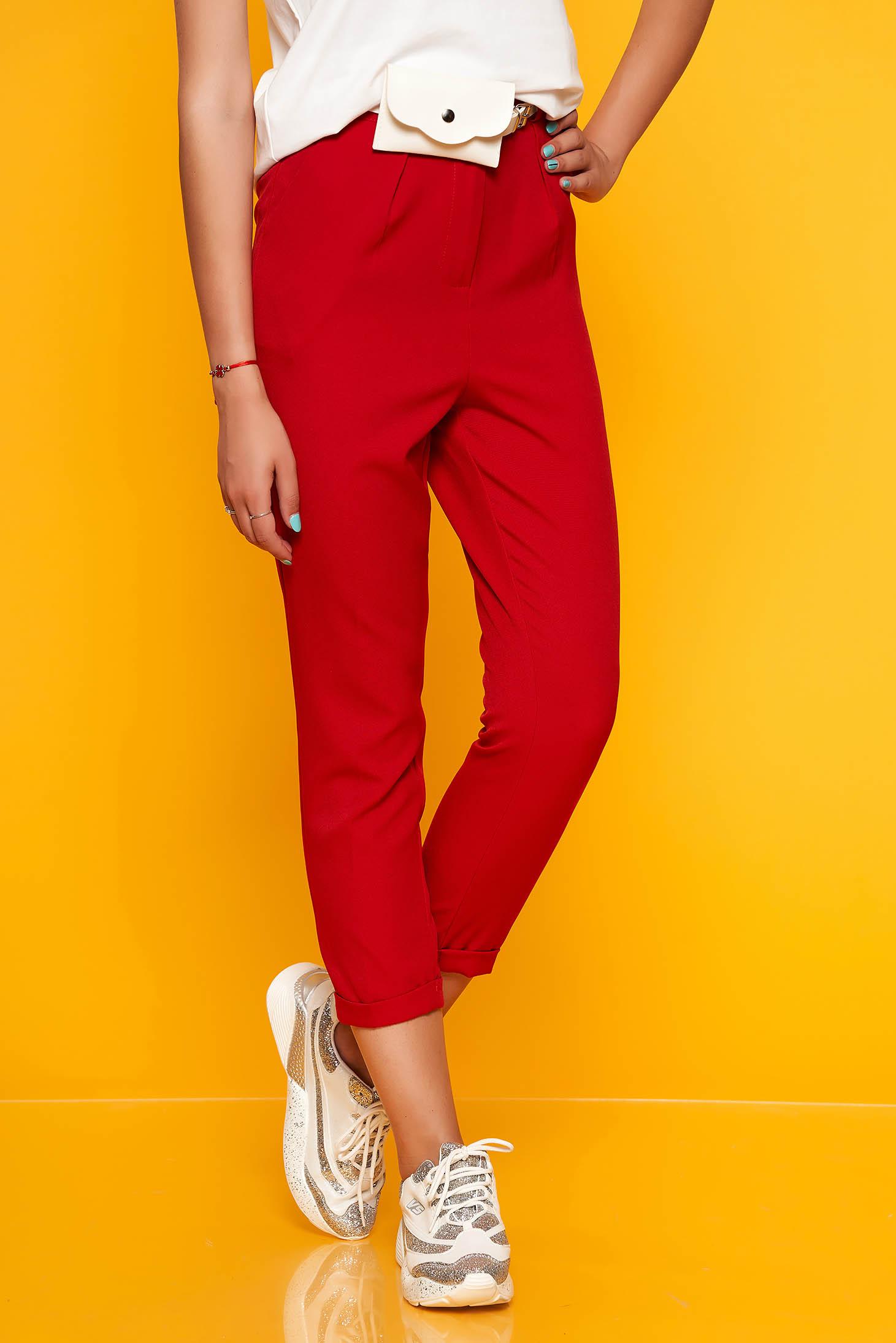 Piros casual egyenes zsebes nadrág öv típusú kiegészítővel