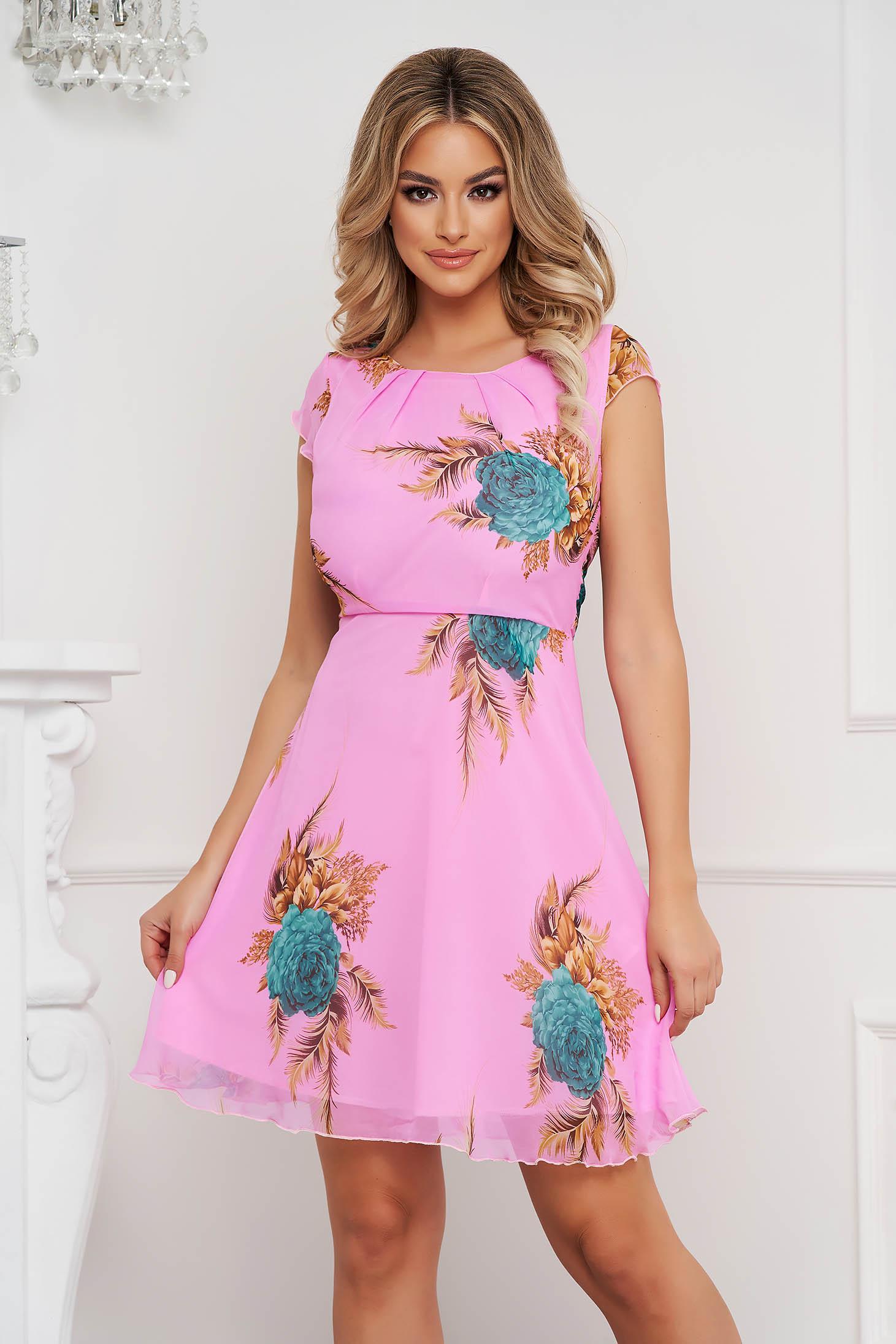 Rochie roz deschis scurta in clos din voal cu maneci scurte si imprimeu floral