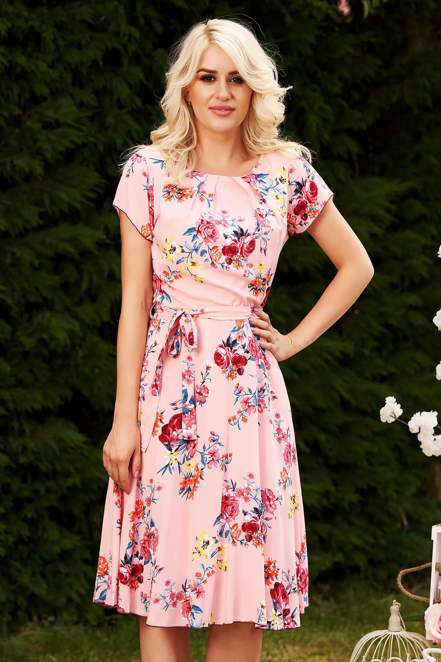 Rochie roz de zi midi in clos din material neelastic cu imprimeu floral accesorizata cu cordon