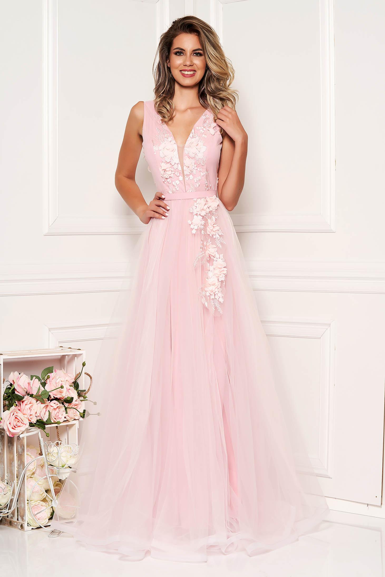 Világos rózsaszín StarShinerS alkalmi tüllből harang ruha mély dekoltázzsal mellrésznél szivacsos virágos díszekkel 3d effekt