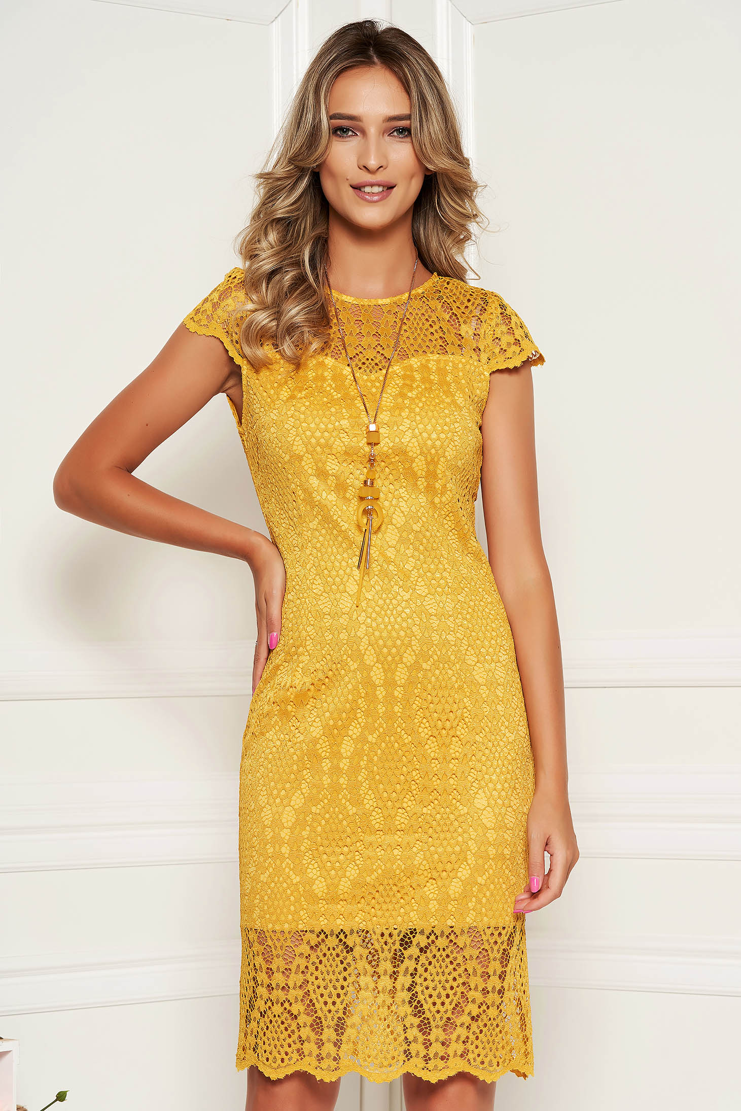 Mustard dress elegant laced with laced sleeves with rounded cleavage midi