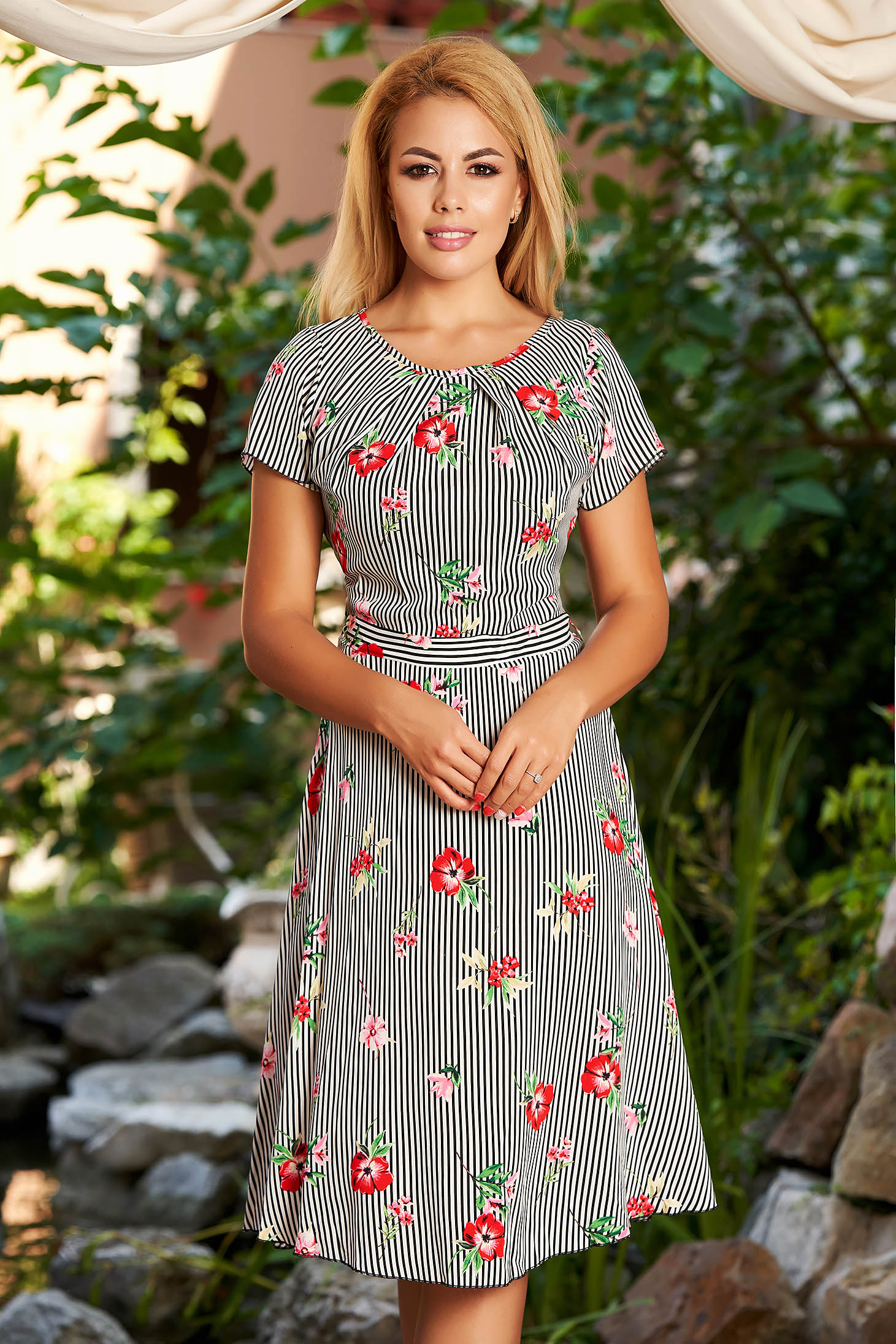 Rochie alba de zi midi in clos cu maneci scurte fara captuseala cu dungi si imprimeu floral