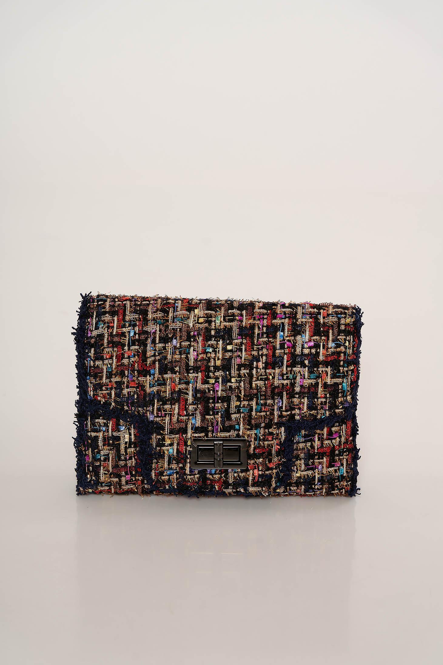Fekete casual táska egy zsebes résszel fém lánccal