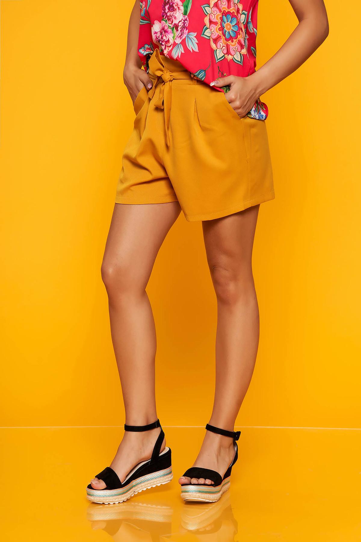 Pantalon scurt SunShine mustariu casual cu talie inalta cu buzunare in fata accesorizat cu cordon