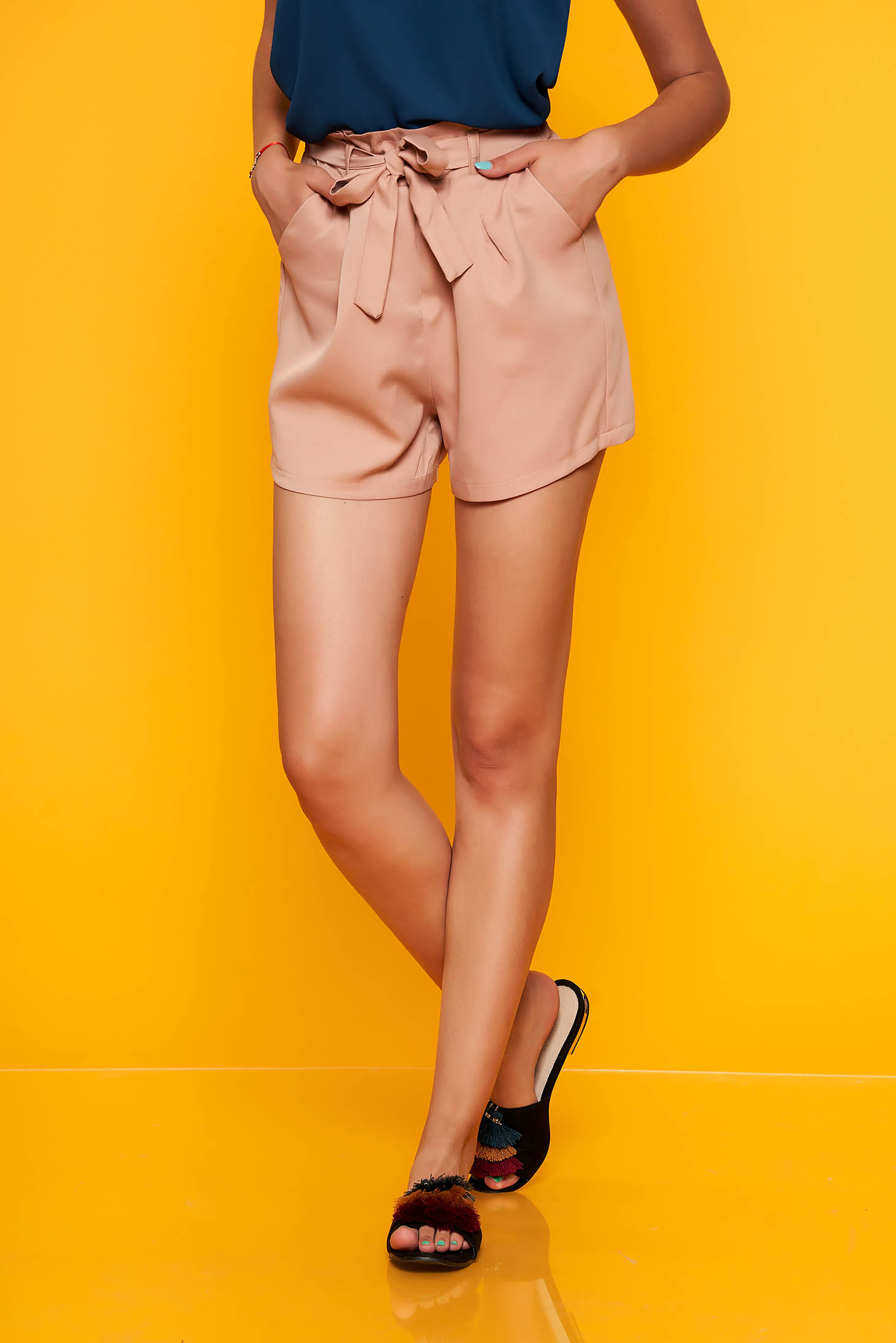 Világos rózsaszín casual magas derekú elöl zsebes rövidnadrág övvel ellátva
