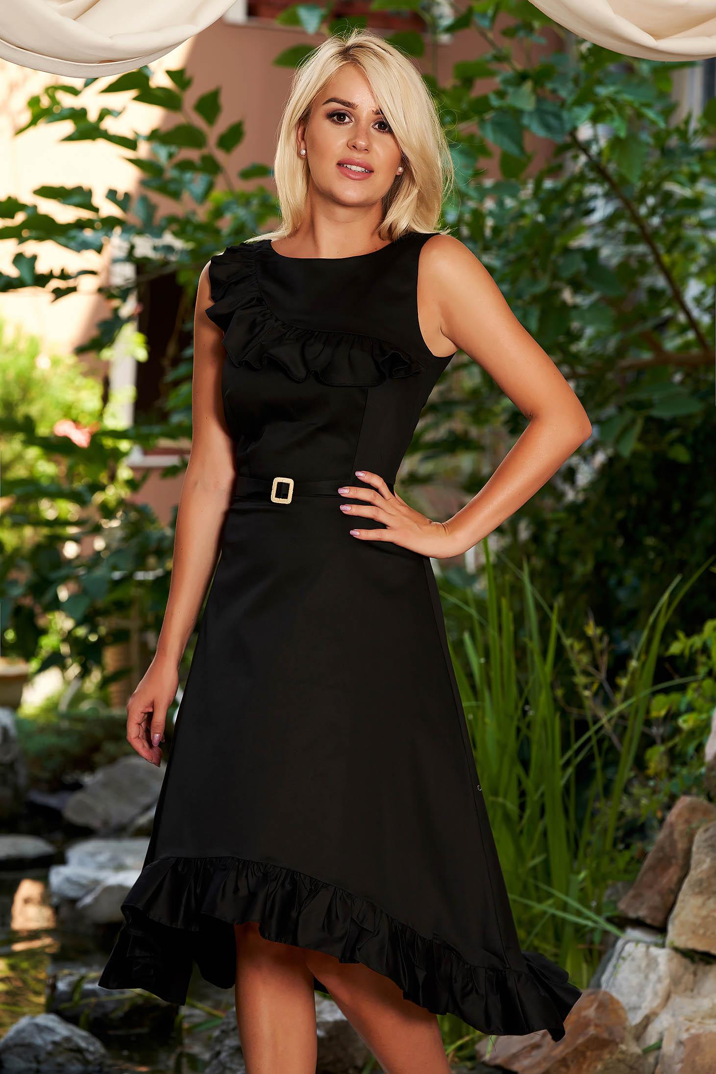 Fekete StarShinerS hétköznapi aszimetrikus pamutból készült ujj nélküli fodros ruha bross kiegészítővel