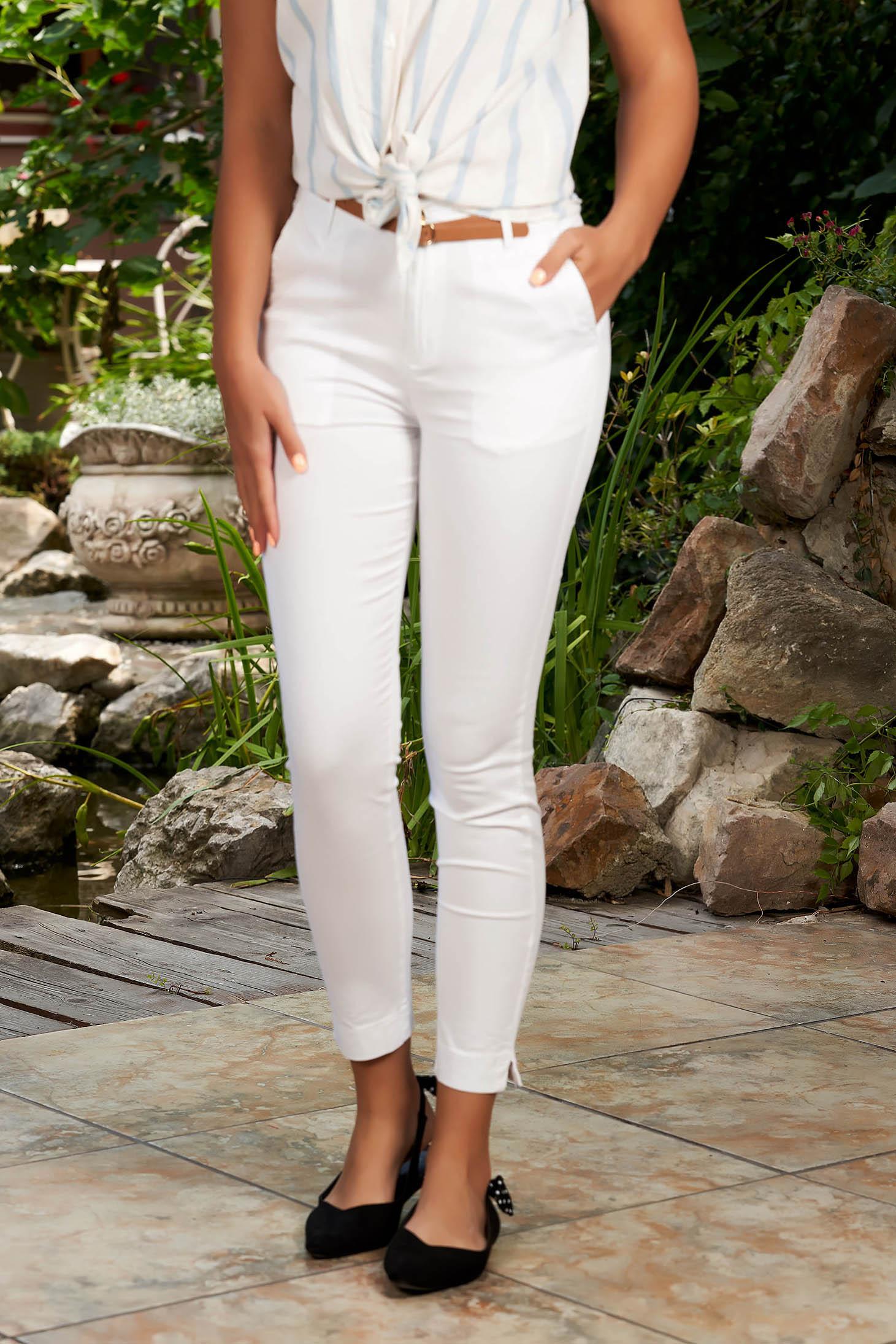 Pantaloni SunShine albi casual conici din bumbac cu buzunare in fata si accesoriu inclus